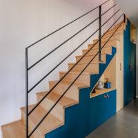 escalier avec niche de rangement et placard en bois